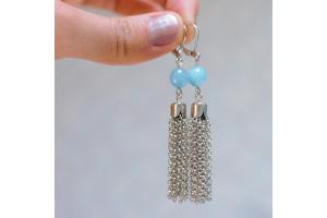 Tuto : Boucles d'oreilles pendantes pompons argentées et perles bleues
