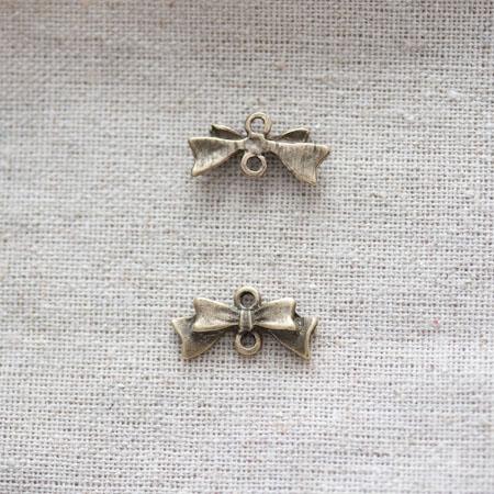 Breloque Petit noeud relief Bronze vieilli x 10