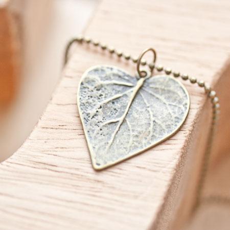 Breloque Jolie feuille coeur Bronze vieilli x 3