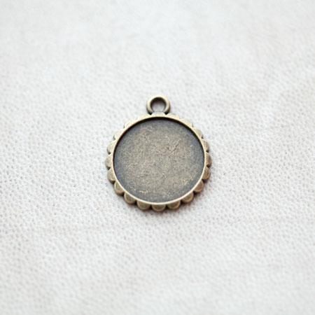 Pendentif à Cabochon Rond 16mm Contour Fleur Bronze vieilli x 4pcs