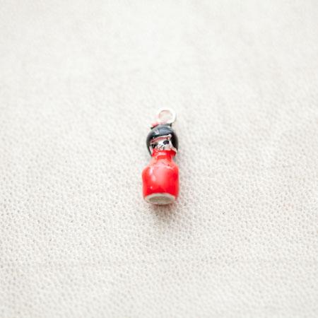 Pendentif Poupée Japonaise Kokeshi 19mm Argenté Émaillé Rouge x 2pcs