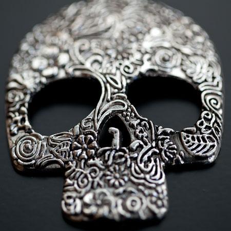 Pendentif Tête de mort Skull 66mm Plat Fleurs Argenté vieilli x 1pc