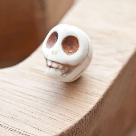 Perle de howlite synthétique 18mm Tête de mort Blanc x 2