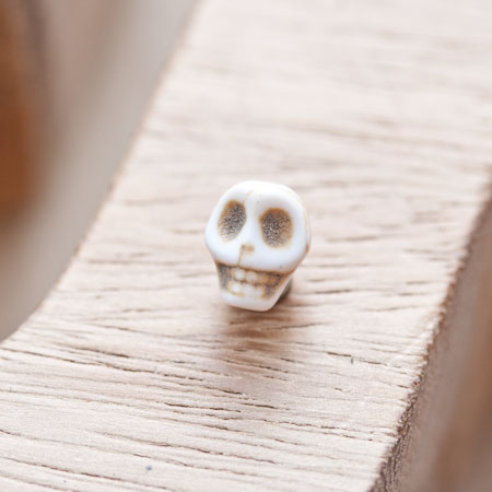Perle en Howlite 9mm Tête de mort Blanc x 18