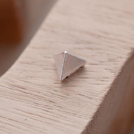 Perle en Métal Connecteur Pyramide Triangle Argent vieilli x 10