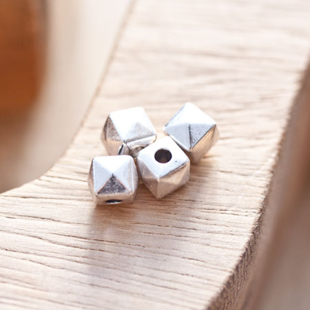 Perle en métal Cube 7.5mm Pyramide Argent vieilli x 5