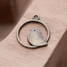 Breloque Oiseau Perché Rond Bronze vieilli x 5