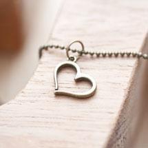 Breloque Petit coeur penché Bronze vieilli x 5