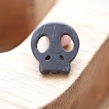 Perle de howlite synthétique 22x20mm Tête de mort Noir x 2
