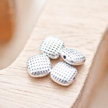 Perle en métal Carré 10mm Points Argent vieilli x 6