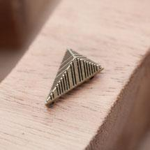 Perle en Métal Connecteur Pyramide Triangle Quadrillé Bronze vieilli x 10