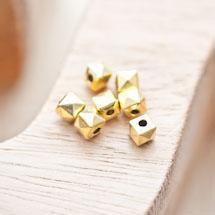 Perle en métal Cube 5.5mm Pyramide Doré vieilli x 14