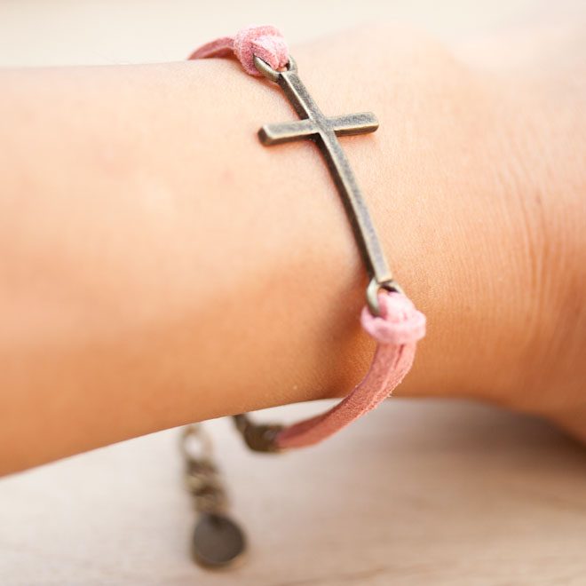 diy creation bijoux bracelet croix suedine