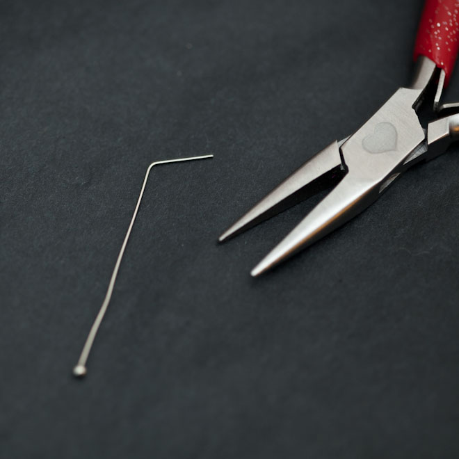 Manipuler un clou à tête ronde