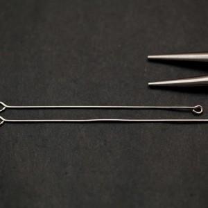 Manipuler un clou à boucles