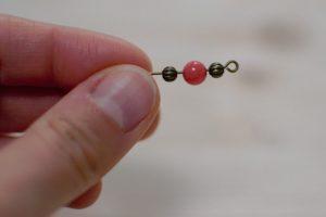 2-enfiler-perles-sur-clous-a-boucle