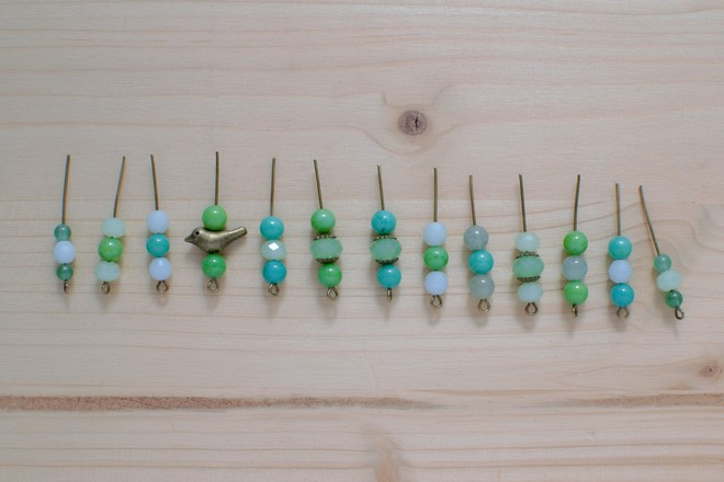 insérer les perles sur les clous à boucles