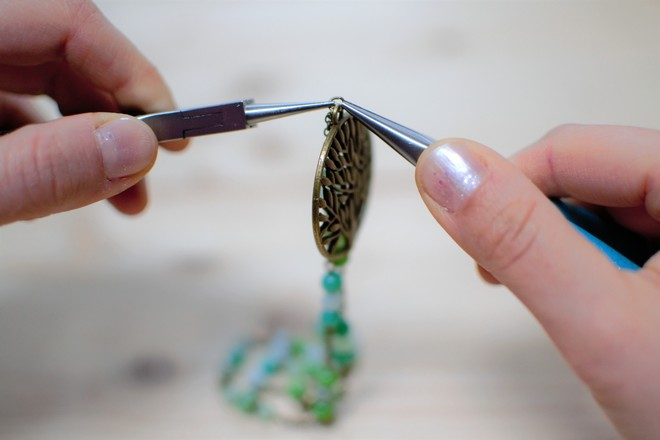 fixer le pendentif sur la chaîne