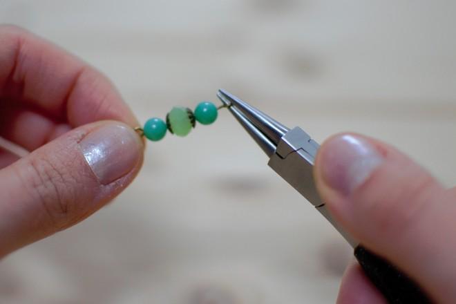 former une boucle à l'aide de la pince à bec rond