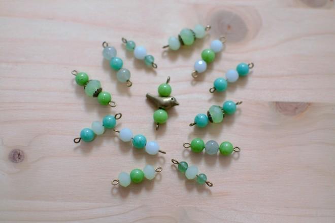 perles vertes sur clous à boucle