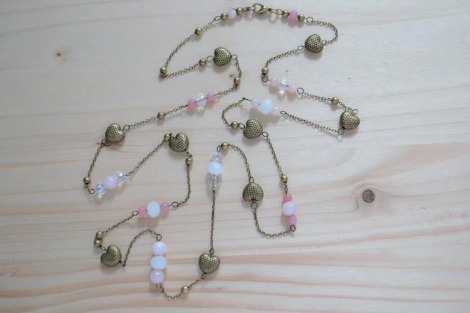 sautoir cœurs et perles roses, fine chaîne en métal couleur bronze vieilli