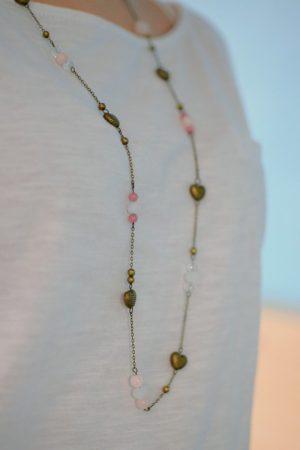 sautoir cœurs bronze et rose porté