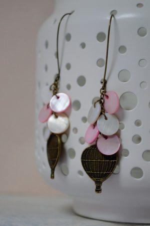 boucles d'oreilles montgolfière et nacre aux couleurs douces
