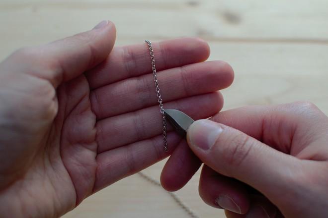 couper la chaîne à l'aide d'une pince coupante