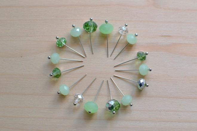 enfiler les perles à facettes sur les clous à tête ronde