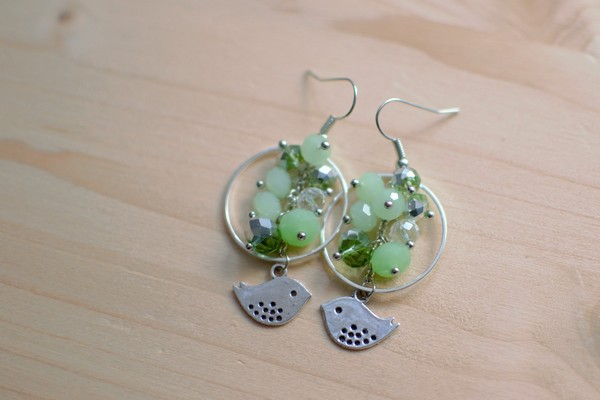 boucles d''oreilles grappes de perles vertes et oiseaux