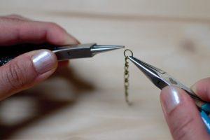 fixer anneau sur chaînette