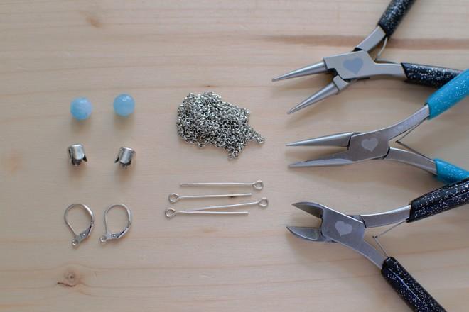 matériel nécessaire pour fabriquer des boucles d'oreilles pompons